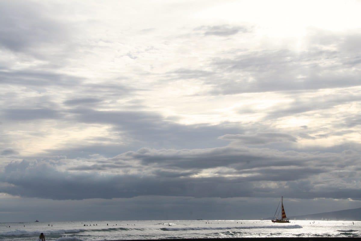 Waikiki: Suchbild mit Surfern: Es sind die schwarzen Punkte auf der Wasseroberfläche – Foto: Beate Ziehres