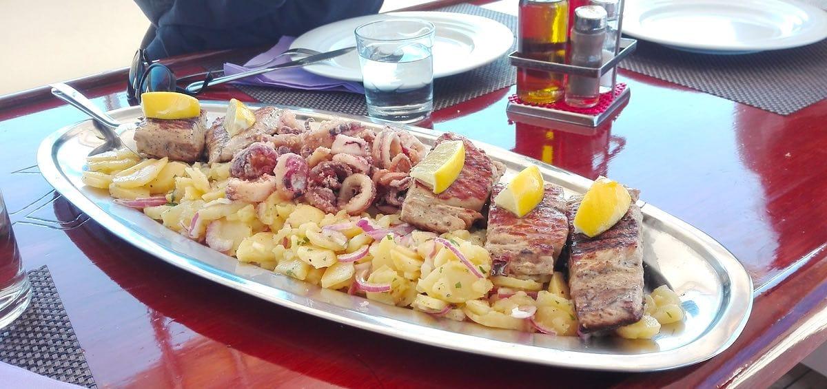 Fisch, Kartoffelsalat – Foto: Beate Ziehres