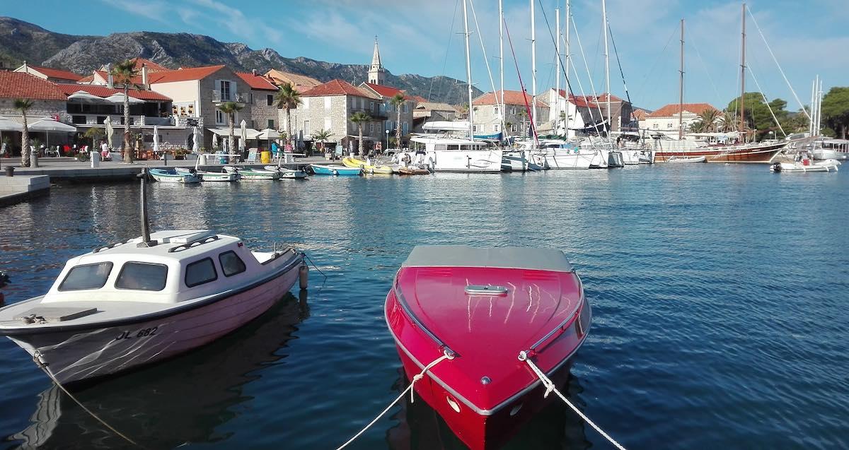 """Das Gulet """"Gardelin"""" (ganz rechts) im Hafen von Jelsa, Hvar – Foto: Beate Ziehres"""