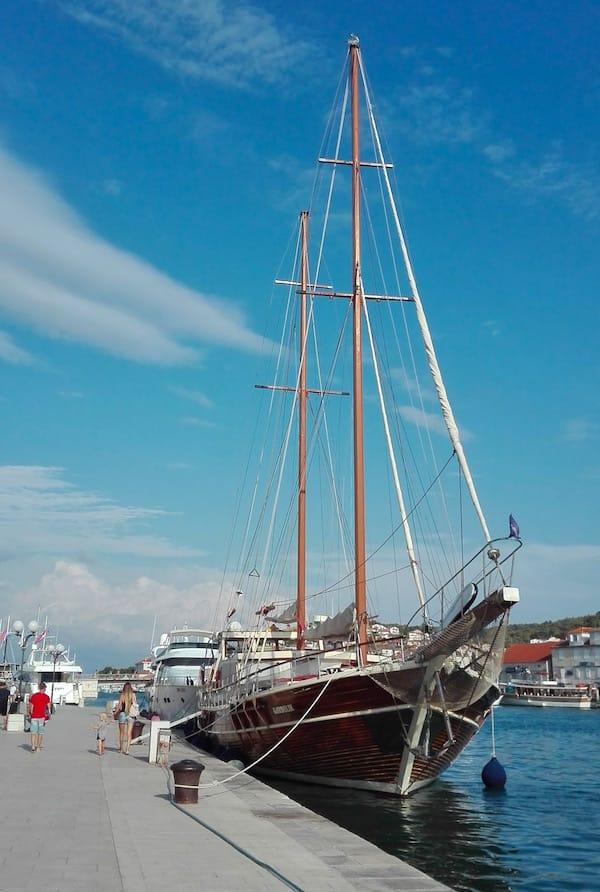Das Gulet Gardelin im Altstadthafen von Trogir– Foto: Beate Ziehres