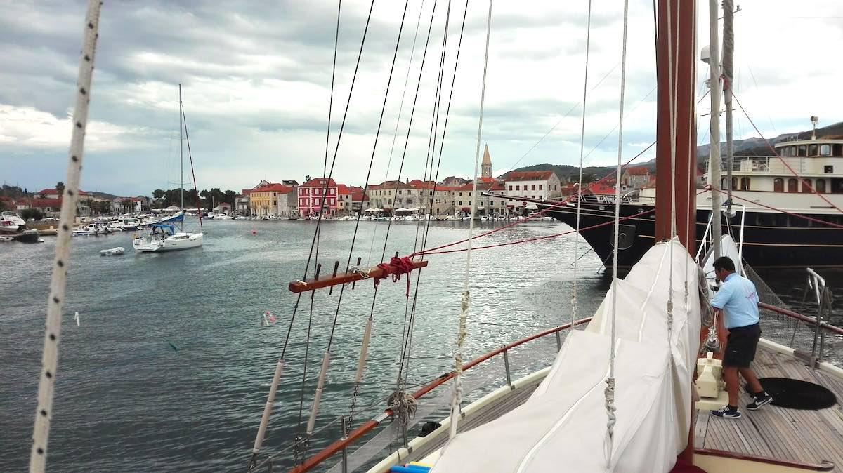 Das Gulet Gardelin im Hafen von Stari Grad – Foto: Beate Ziehres