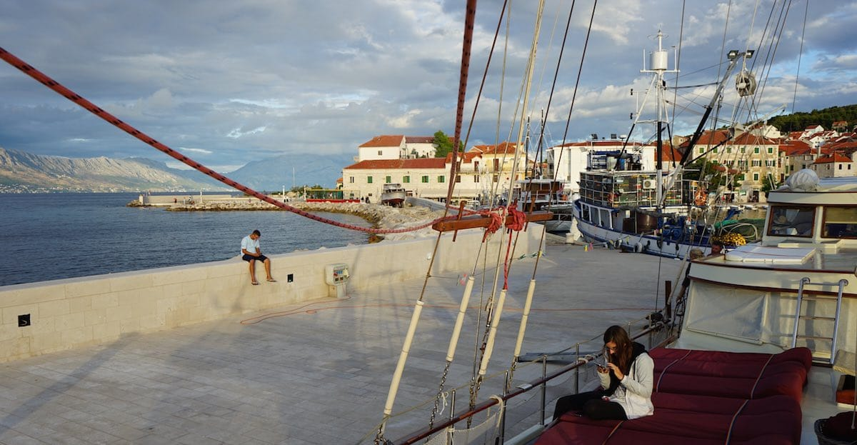 Abendstimmung am Hafen von Postira – Foto: Beate Ziehres