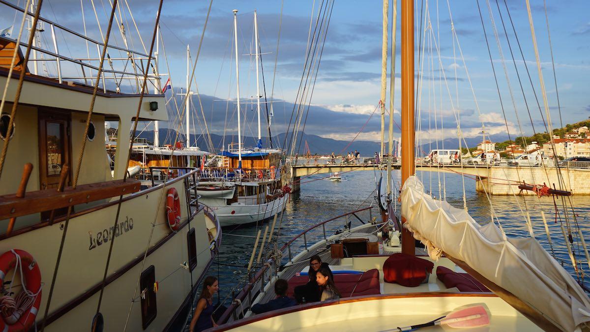 Zurück im Altstadthafen von Trogir – Foto: Beate Ziehres