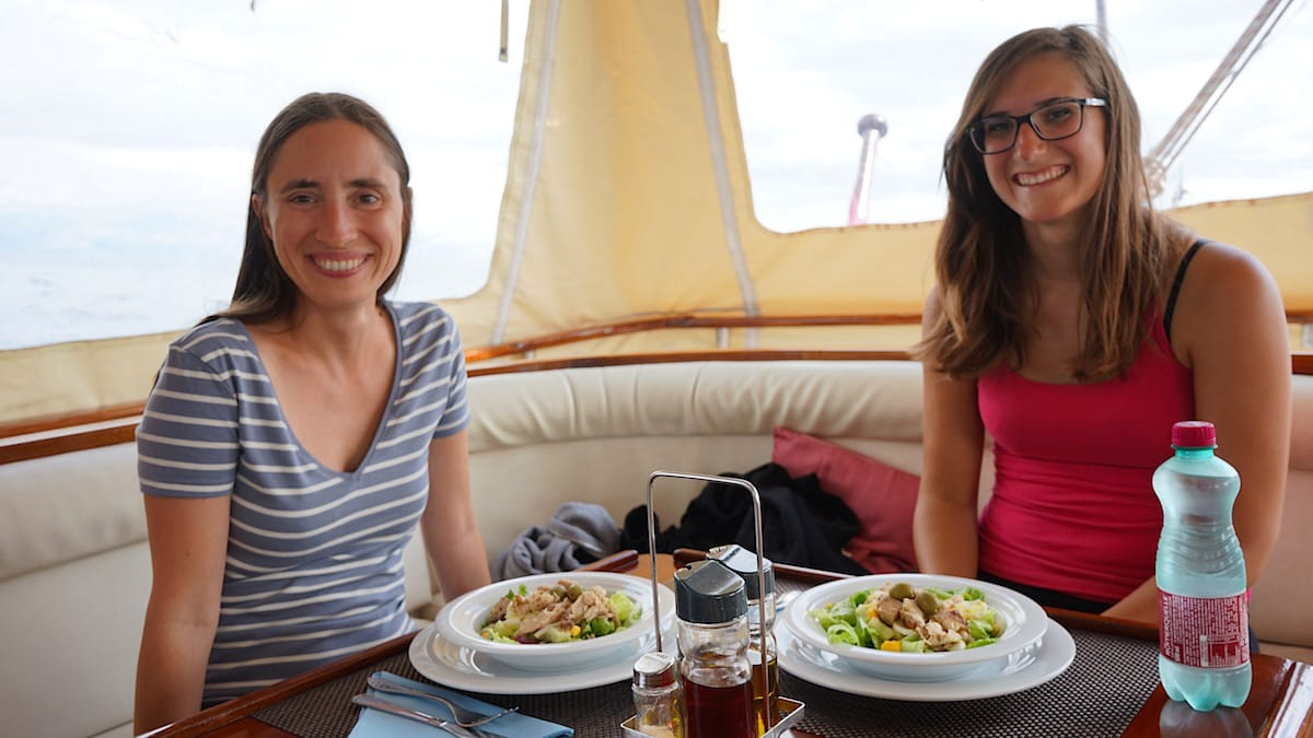 Da haben sie den Salat: Andrea und Lena – Foto: Beate Ziehres