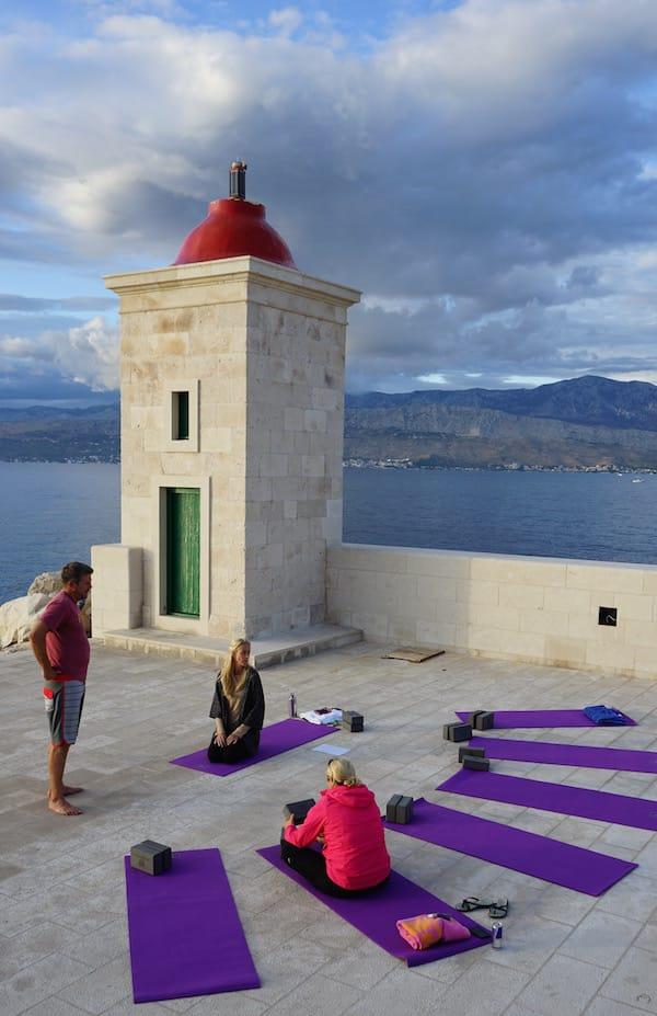 Die Vorbereitungen zur Yin-Yoga-Praxis bei Sonnenuntergang sind getroffen – Foto: Beate Ziehres