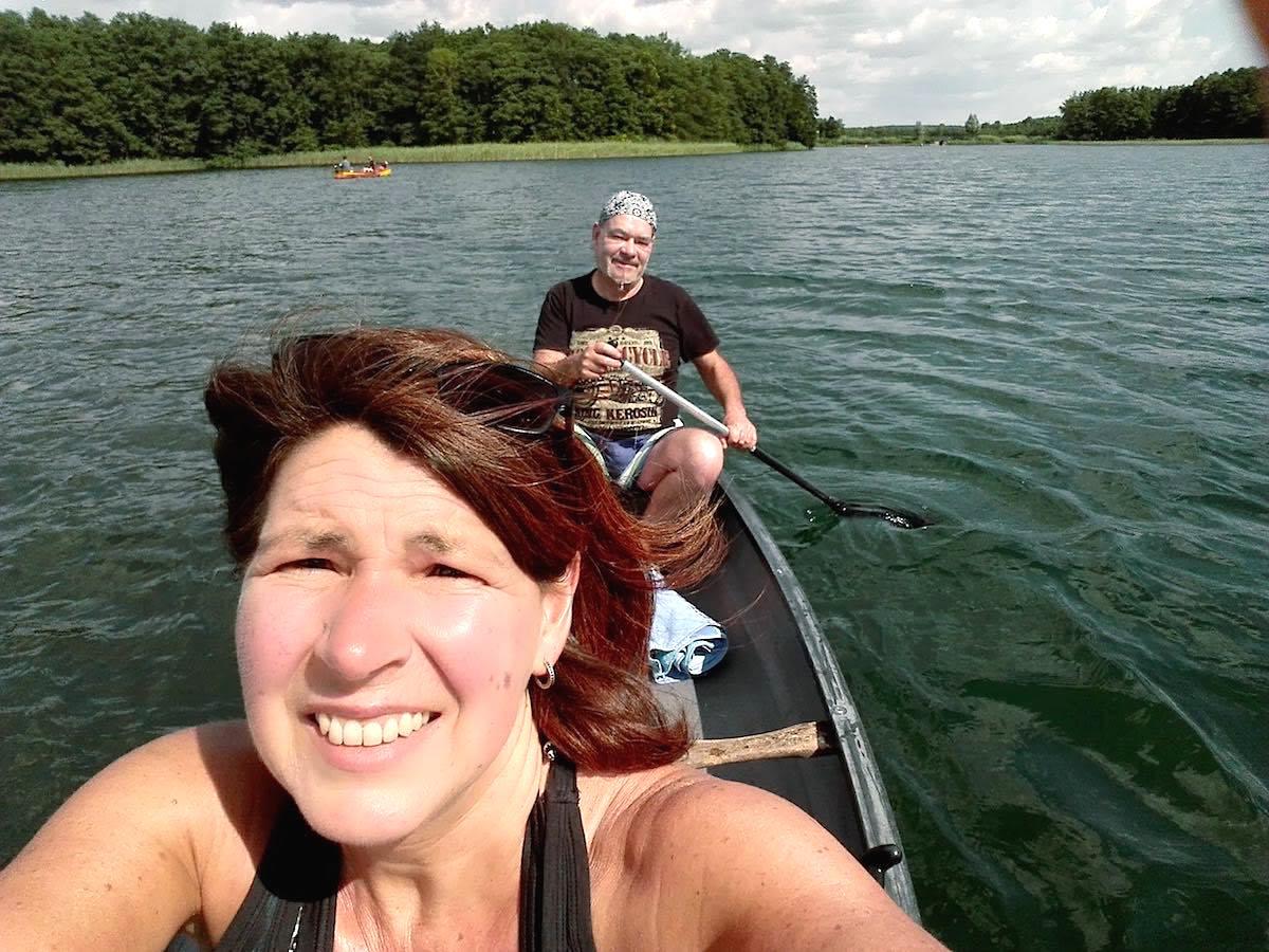 Feldberger Seenplatte: Auf geht's zum Paddeln auf dem Schmalen Luzin. So gefällt mir die Arbeitsteilung – Foto: Beate Ziehres