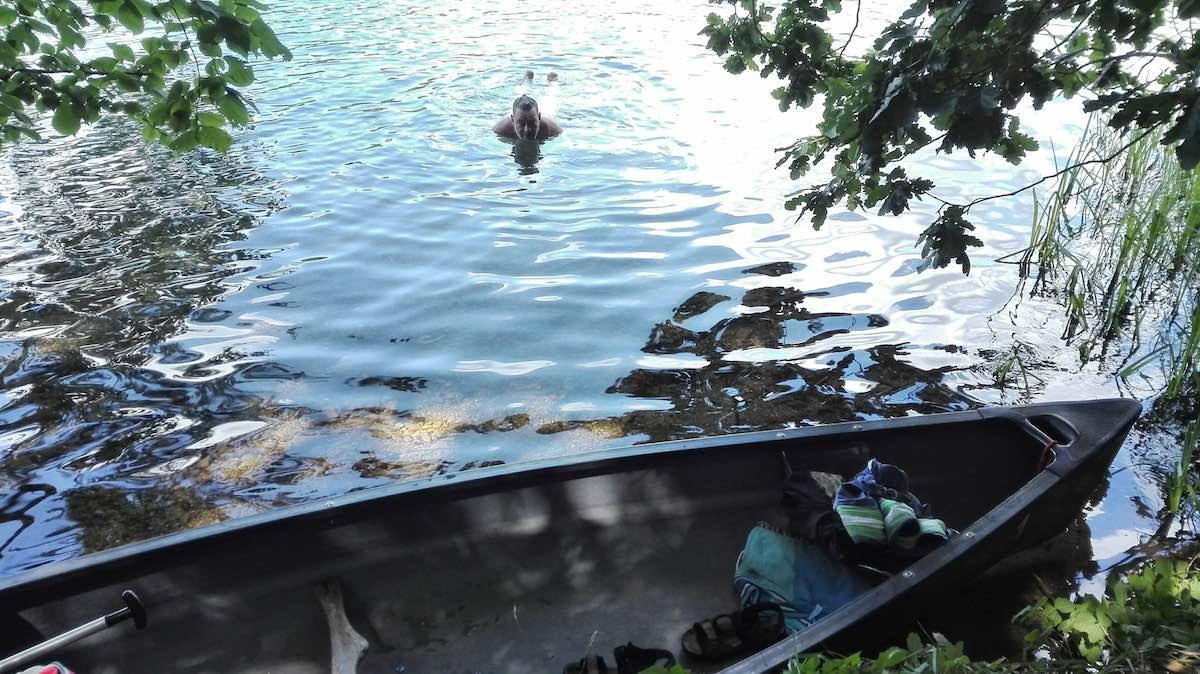 Erfrischend: ein Bad im Schmalen Luzin, Feldberger Seenplatte – Foto: Beate Ziehres