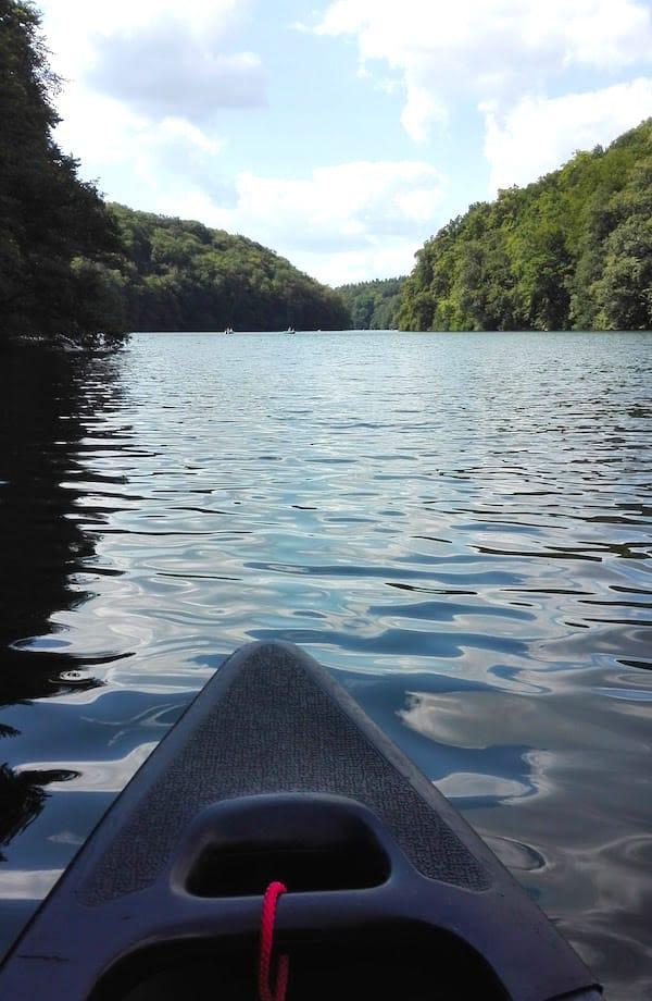 Still liegt der Schmale Luzin, einer von fünf Seen im Naturpark Feldberger Seenlandschaft – Foto: Beate Ziehres