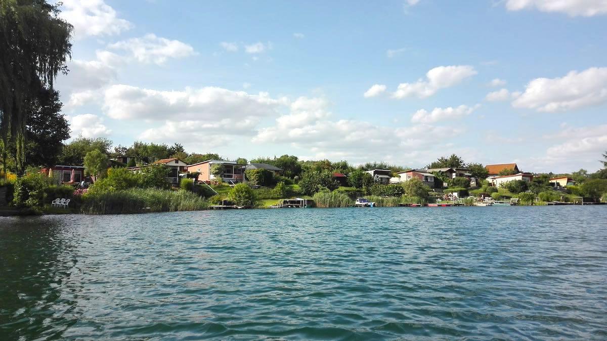 Schön: Gartengrundstücke mit Häusern am See in Feldberg, Feldberger Seenlandschaft – Foto: Beate Ziehres
