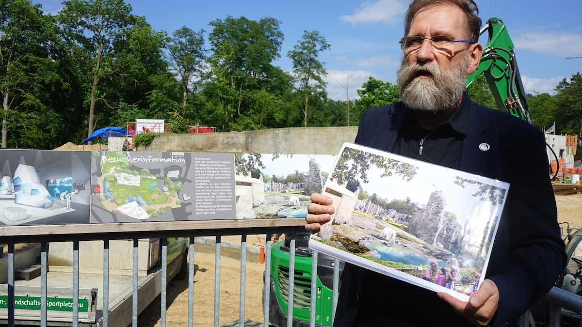 Zoodirektor Udo Nagel erklärt die Pläne für das Polarium – Foto: Beate Ziehres
