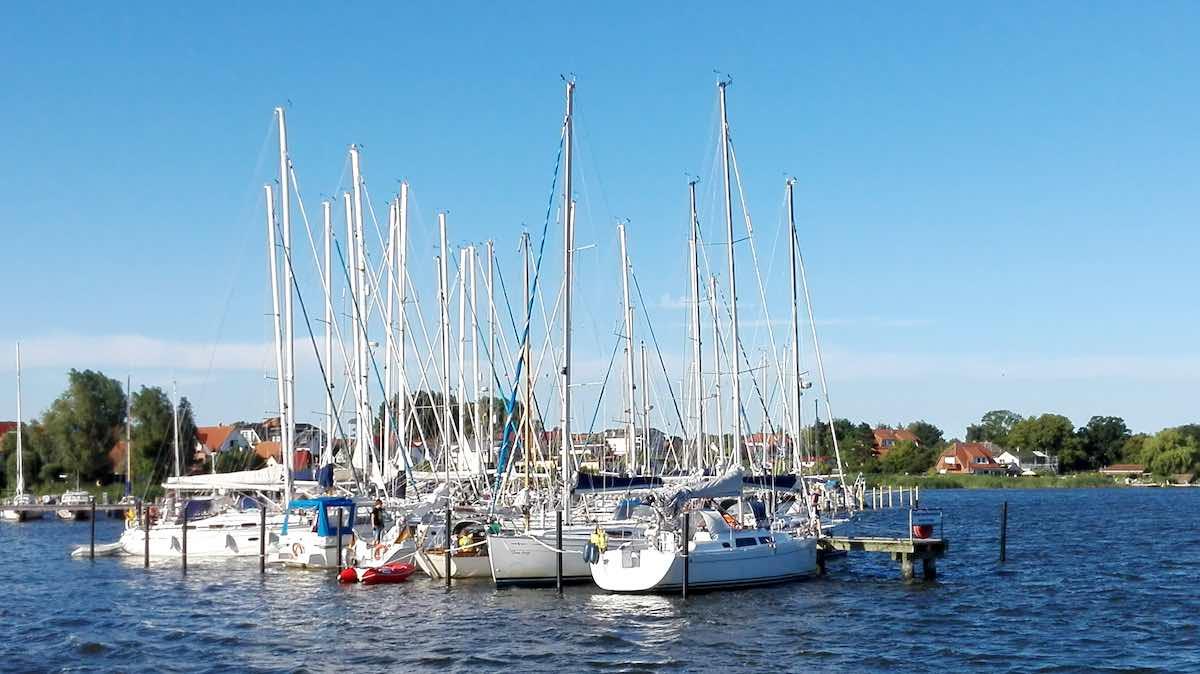 Ein typisches Rügen-Bild: der Hafen von Breege – Foto: Beate Ziehres
