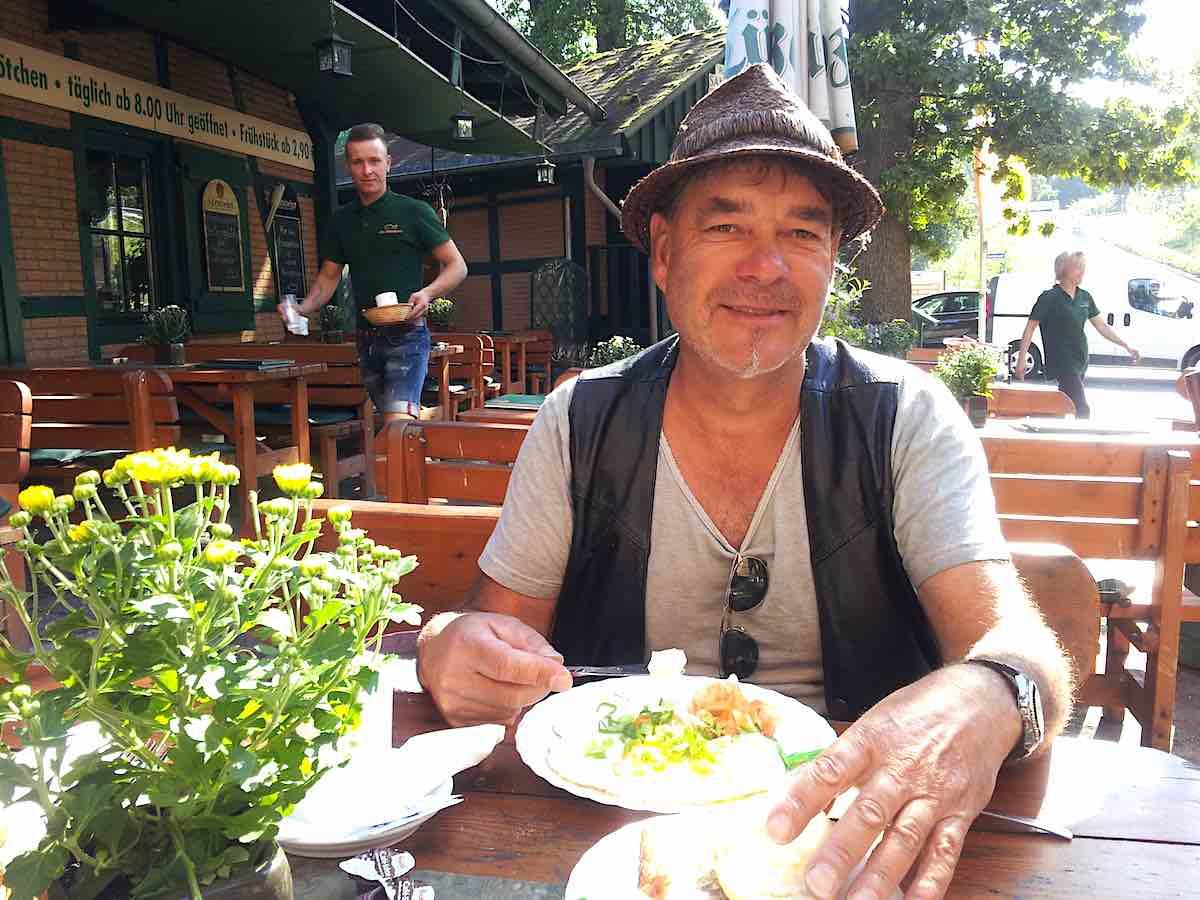 """Frühstück beim Räucherofen des Fischrestaurants """"Die Räucherei"""" – Foto: Beate Ziehres"""