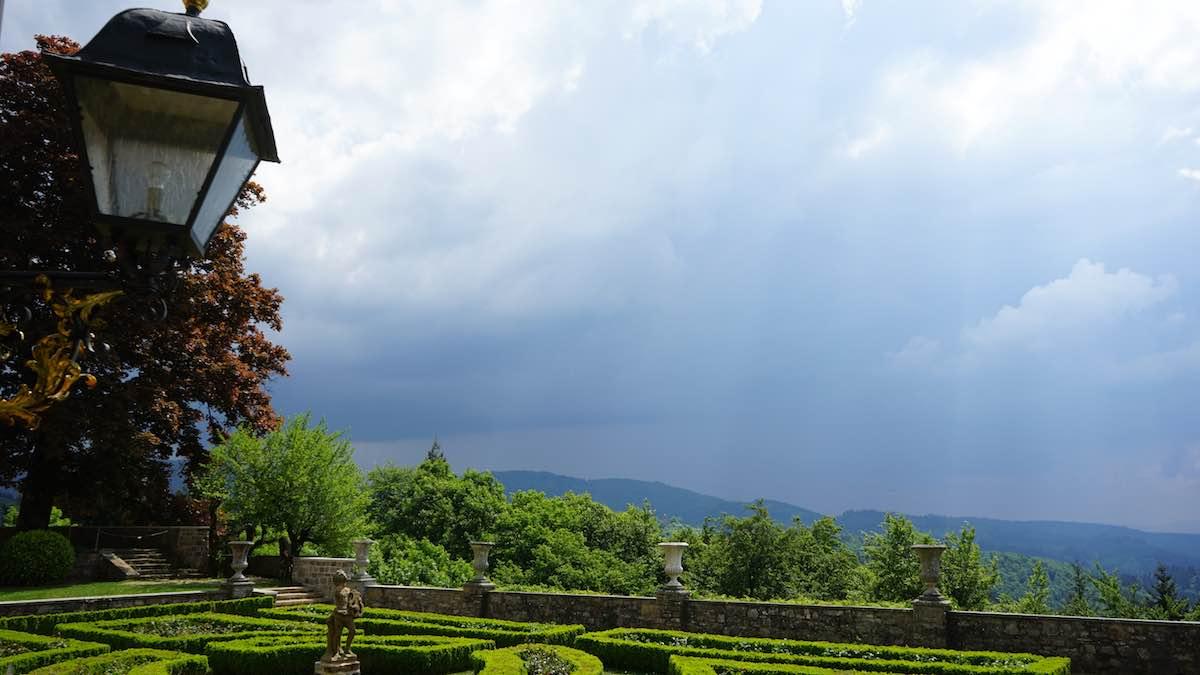 Bedrohlich nähert sich das Gewitter dem Berg – Foto: Beate Ziehres