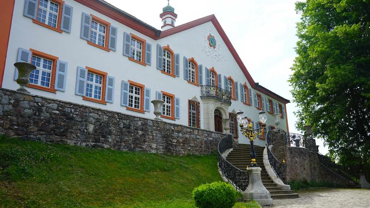 Frühklassizistisch mit Elementen aus dem Rokoko: Schloss Bürgeln – Foto: Beate Ziehres