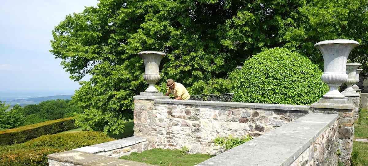 Über die Gartenmauer kann man die Aussicht genießen. Oder die Eidechsen beobachten – Foto: Beate Ziehres