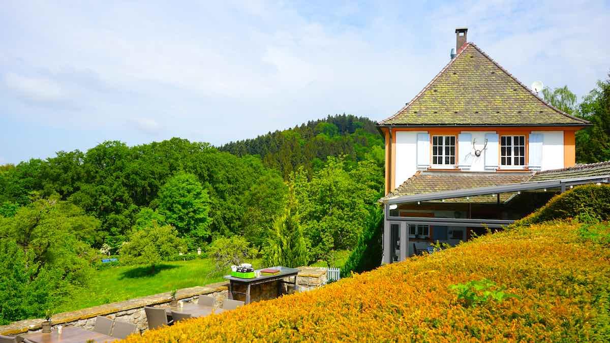 Auf der Terrasse des Schloss Restaurants gibt es garantiert Plätze mit Aussicht – Foto: Beate Ziehres