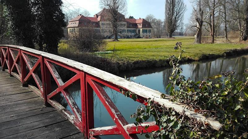 Farbtupfer: Brücke im Park von Schloss Seggerde in Sachsen-Anhalt – Foto: Beate Ziehres