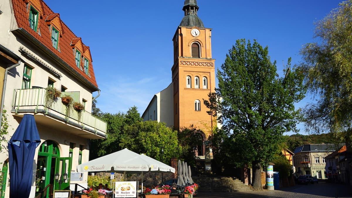 Seenland Oder-Spree, Buckow, Märkische Schweiz, Kirche und Platz. Foto: Beate Ziehres