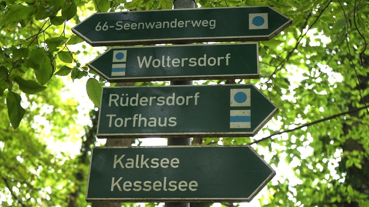 Seenland Oder-Spree, Wegweiser 66-Seen-Wanderweg. Foto: Beate Ziehres, Reiselust-Mag