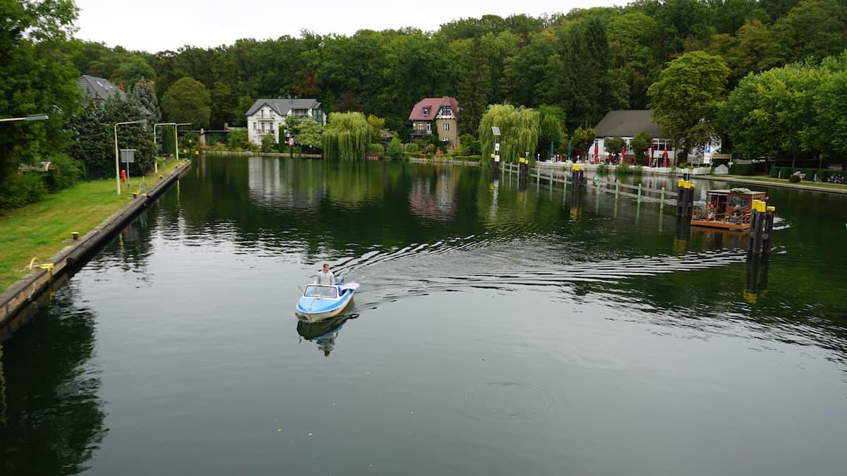 Seenland Oder-Spree, Woltersdorf, Boote fahren in die Woltersdorfer Schleuse ein. Foto: Beate Ziehres, Reiselust-Mag