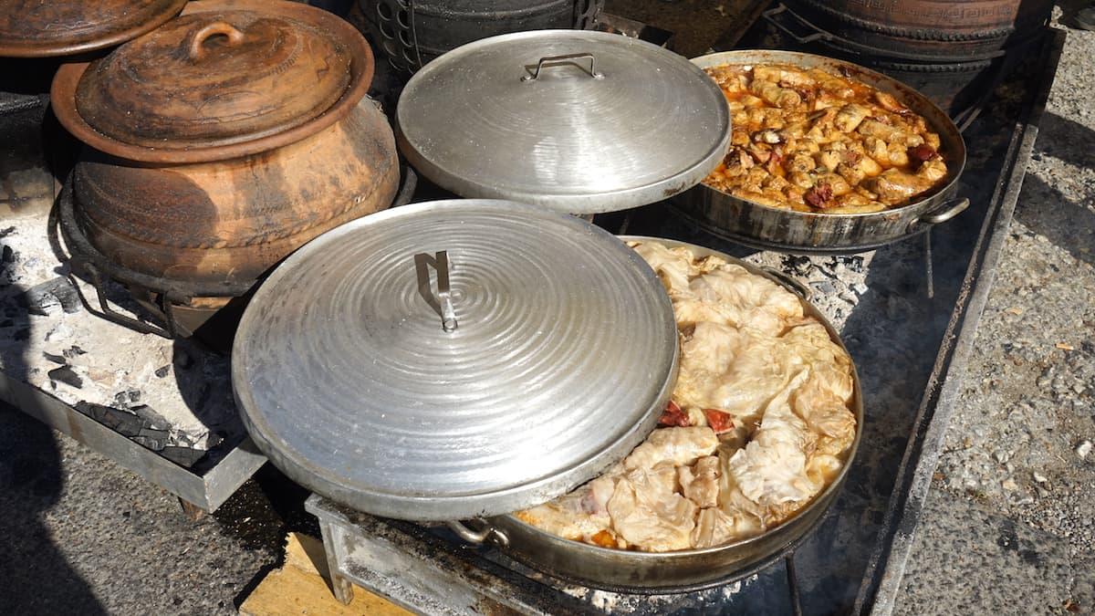 Serbien: Auf glühender Kohle gegarte Eintopfgerichte auf dem Weinfest in Topola. Foto: Beate Ziehres