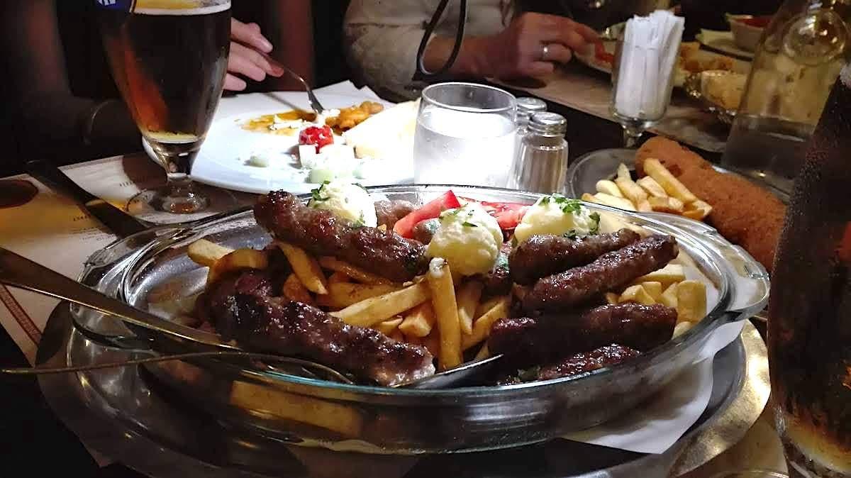 Serbische Küche in Novi Belgrad: Cevapcici im Tosin Bunar. Foto: Beate Ziehres