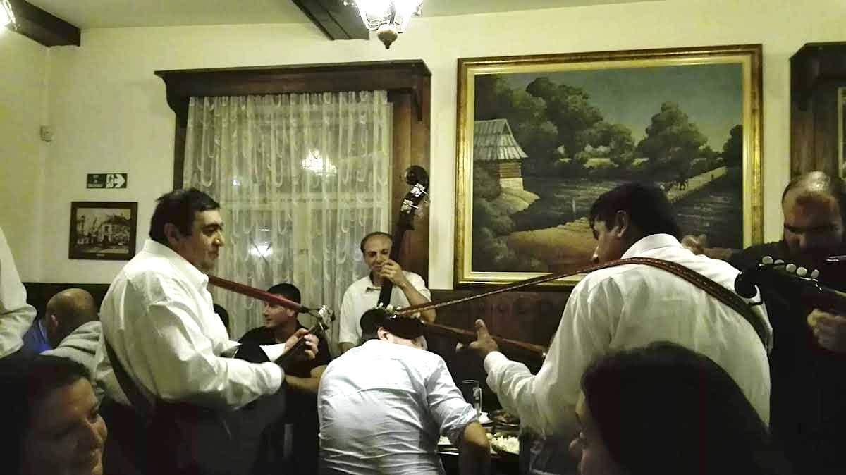 Typisch serbisch: Musikanten im Tosin Bunar. Foto: Beate Ziehres