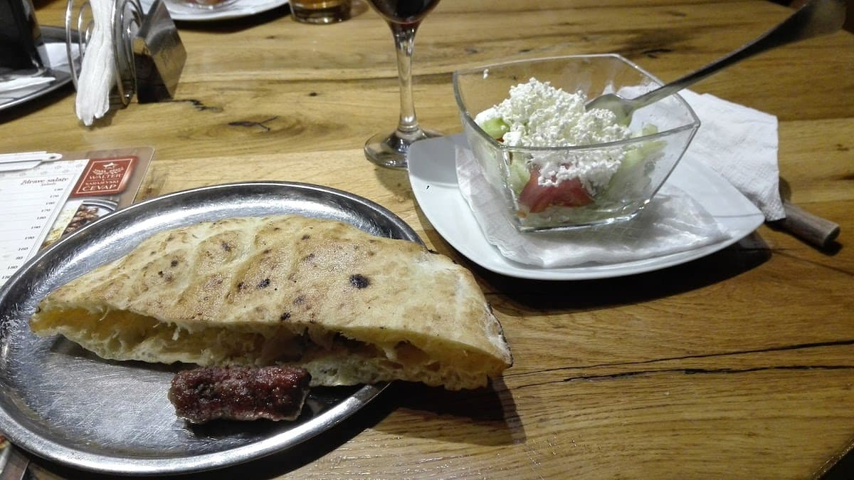 Serbische Küche: Cevapcici im Walter. Foto: Beate Ziehres