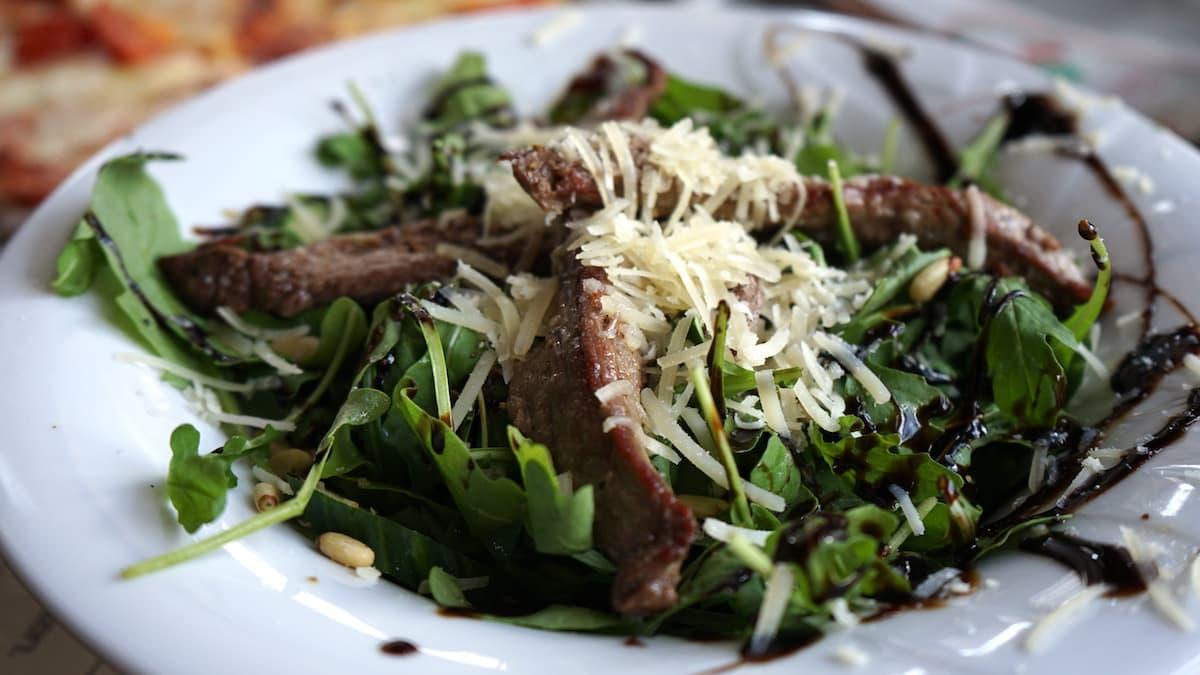 Stendal, Déjà Vu, Rucola-Salat mit Beef-Streifen – Foto: Beate Ziehres