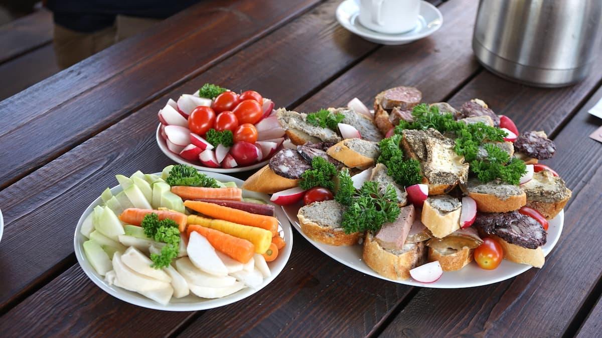 Stendal, Uchtspringe, Hofgut: Mittagsimbiss aus eigener Herstellung – Foto: Beate Ziehres