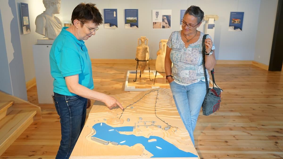 Stendal, Winckelmann-Museum, Museumsleiterin Dr. Stephanie Bruer (links) und Sibylle Paetow von der LandLeute GbR – Foto: Beate Ziehres