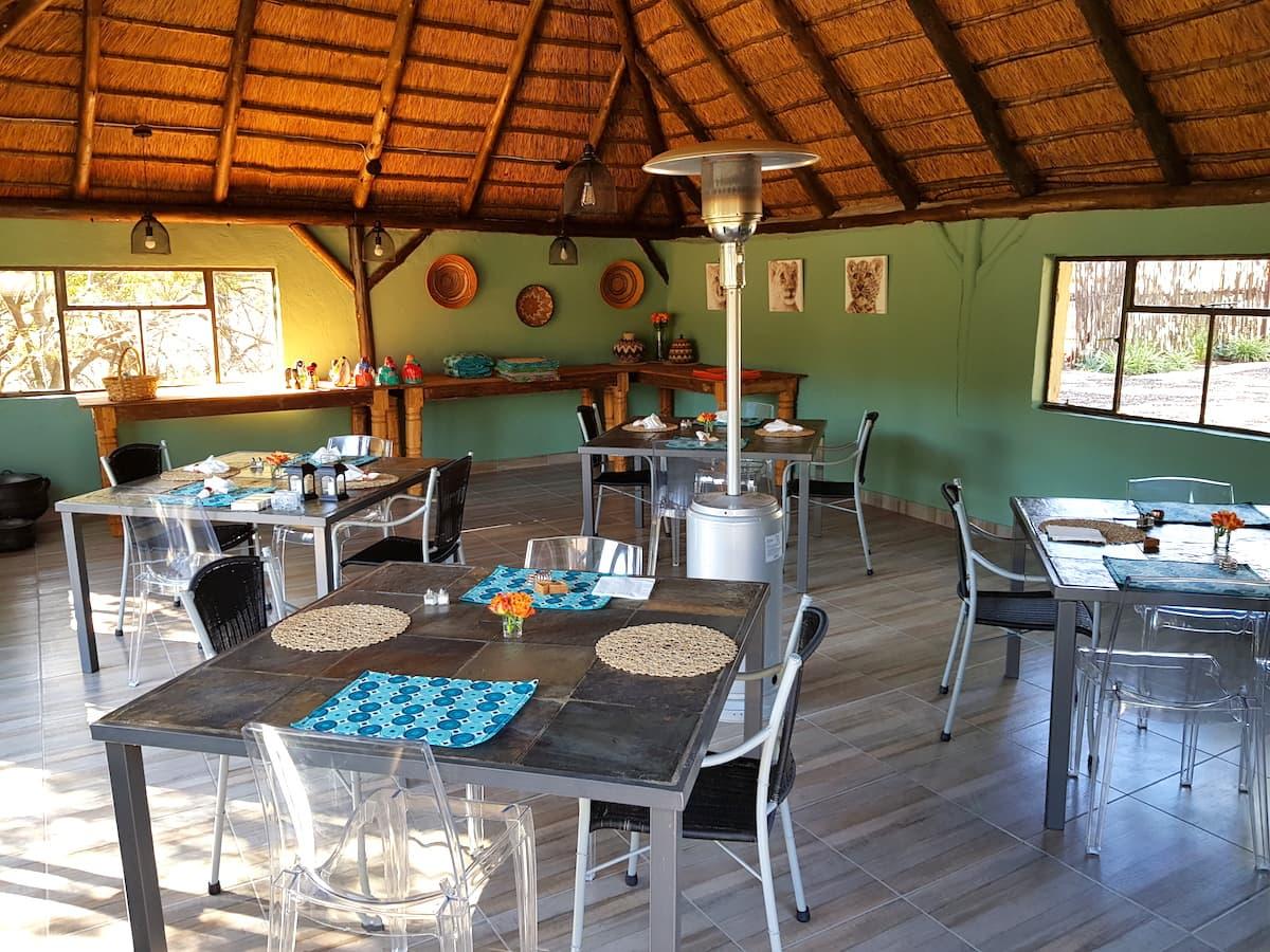 Safari in Südafrika, ChaZen privates Wildreservat: Essbereich der Lodge. Foto: Lena Ziehres