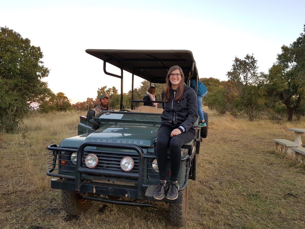 Safari in Südafrika, ChaZen privates Wildreservat: Lena Ziehres auf dem Platz auf der Motorhaube.