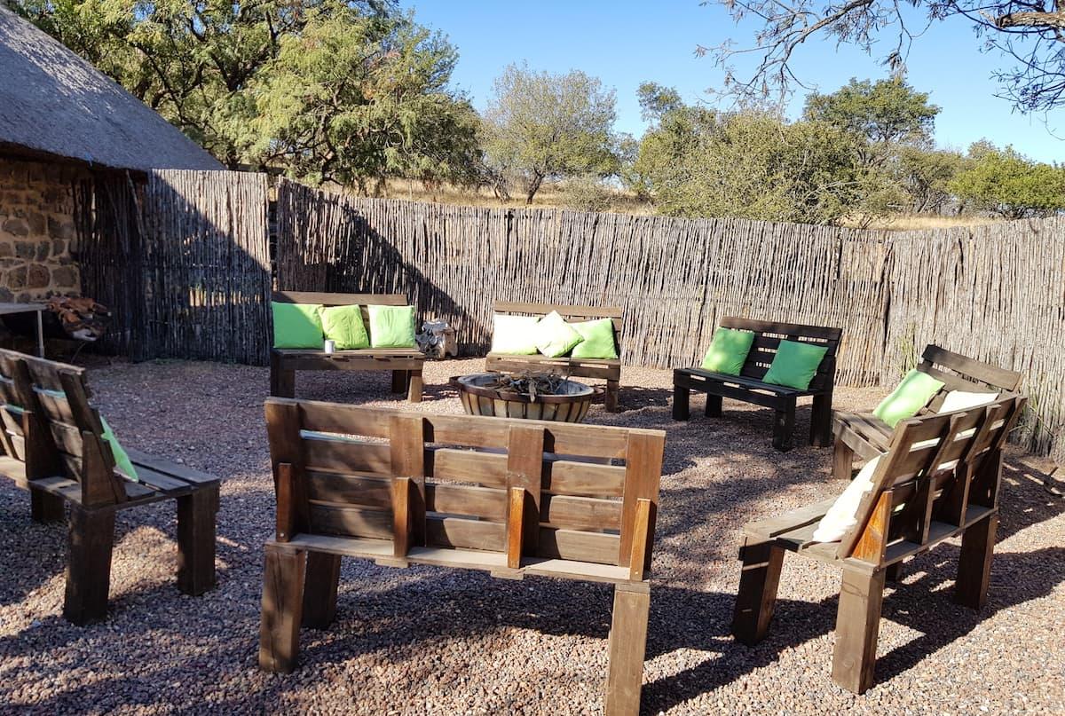 Safari in Südafrika, ChaZen privates Wildreservat: Feuerstelle bei der Lodge. Foto: Lena Ziehres