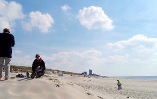 Sylt Tagesausflug: im Sand spielen am Strand von Westerland