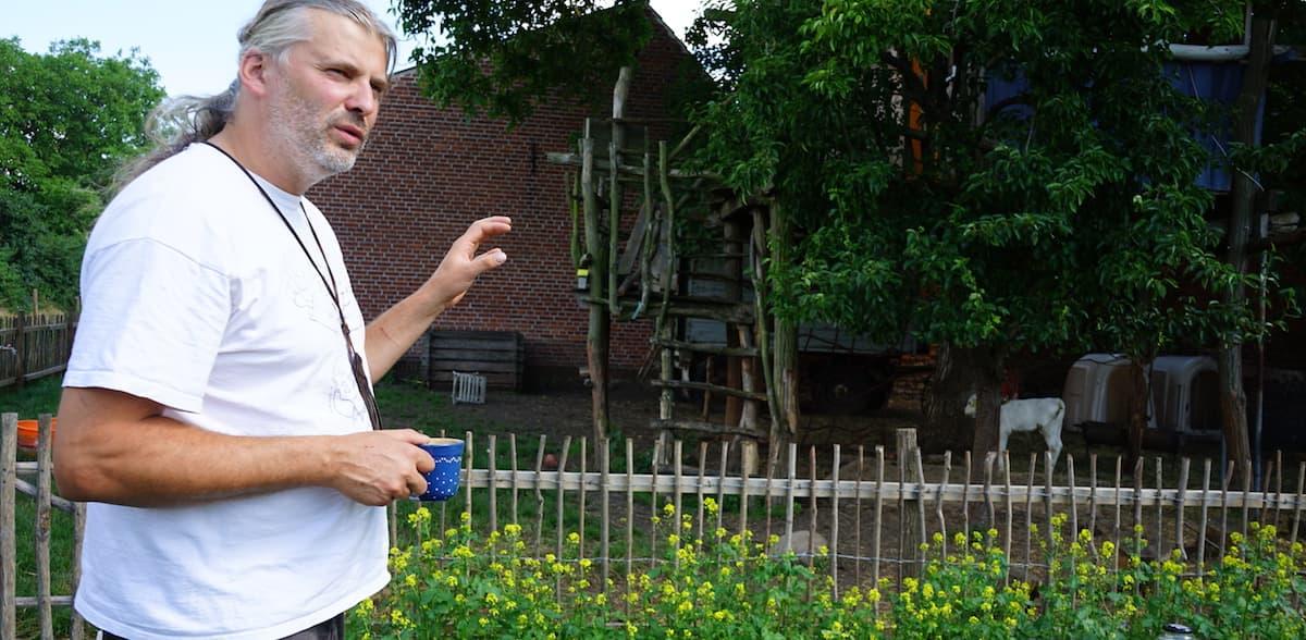 Tangerhütte, Cobbel: Christian Warnke erklärt, warum das Kälbchen im Garten ist – Foto: Beate Ziehres