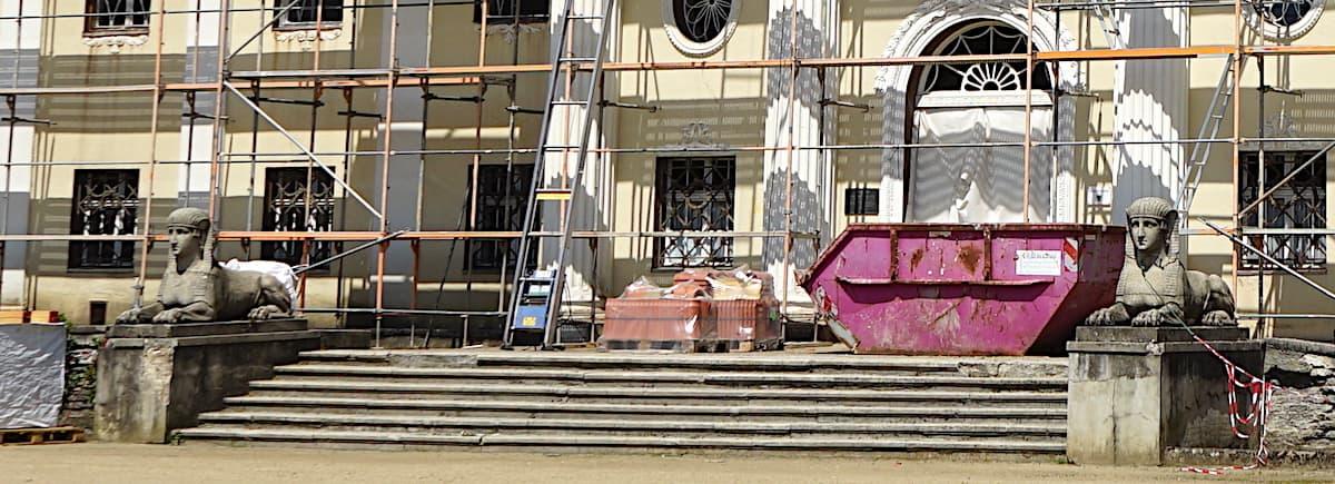 Tangerhütte, Neues Schloss, Sphinx-Skulpturen am Eingang. Foto: Beate Ziehres