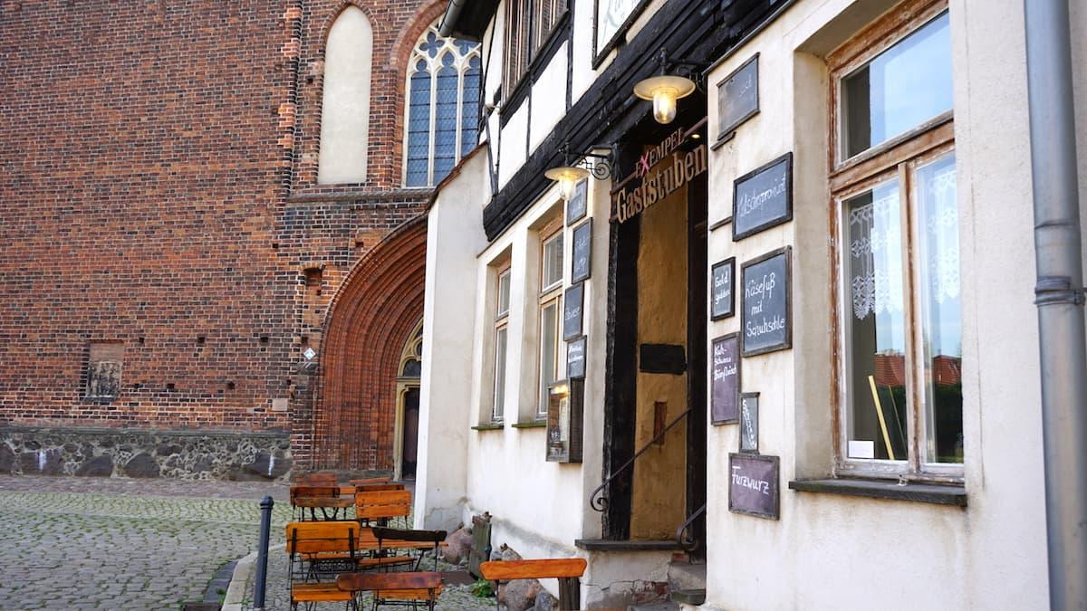 Sitzplätze im Schatten der St. Stephanskirche: Exempel Gaststuben in Tangermünde. Foto: Beate Ziehres