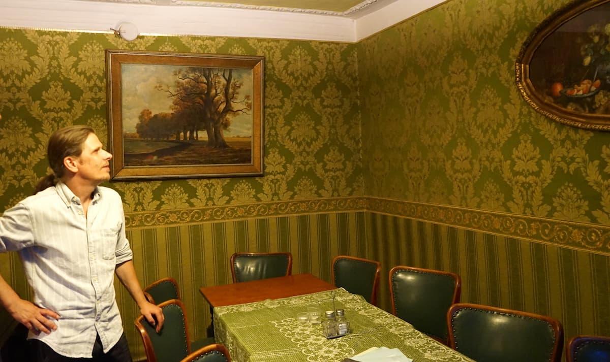 Timo Schönwald im grünen Salon, Exempel Gaststuben. Foto: Beate Ziehres