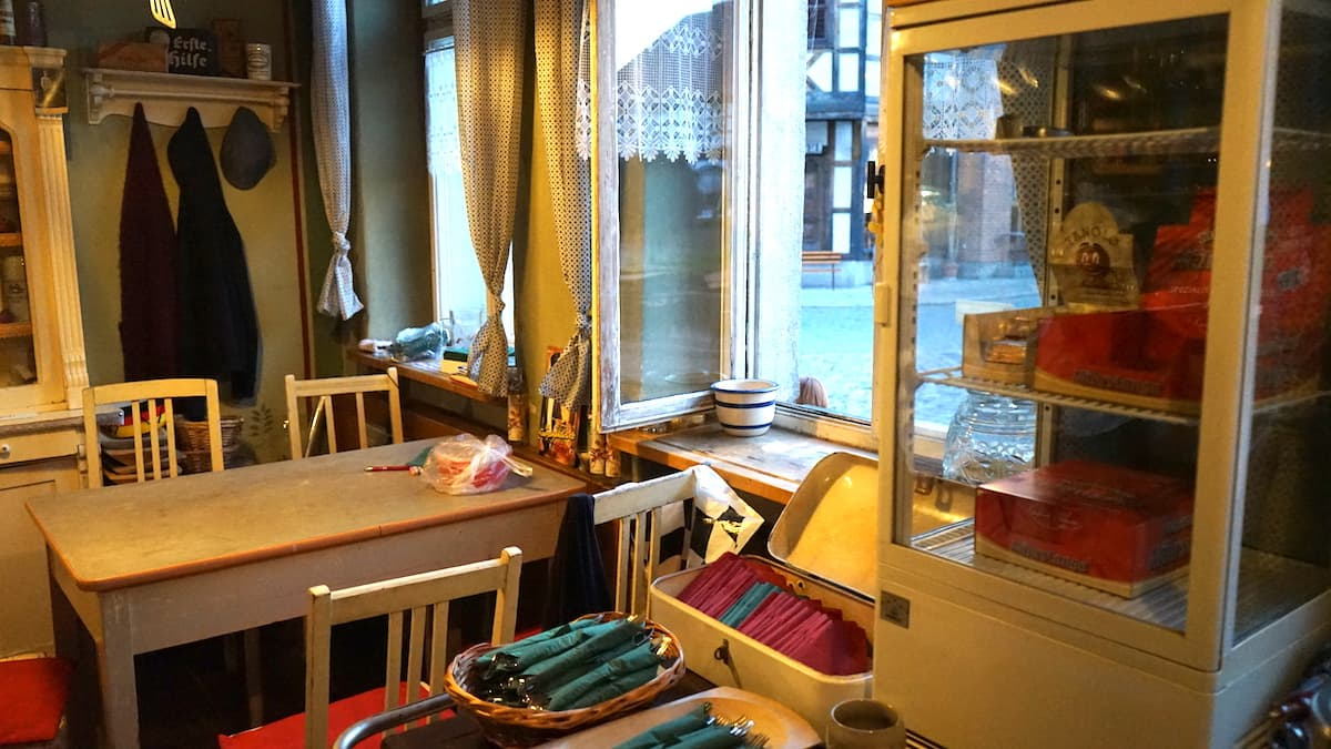 Sitzplätze in der Küche der Exempel Gaststuben, Tangermünde. Foto: Beate Ziehres