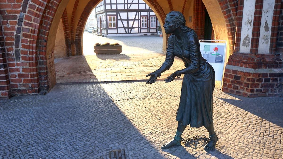 Denkmal für Grete Minde am Tangermünder Rathaus. Foto: Beate Ziehres