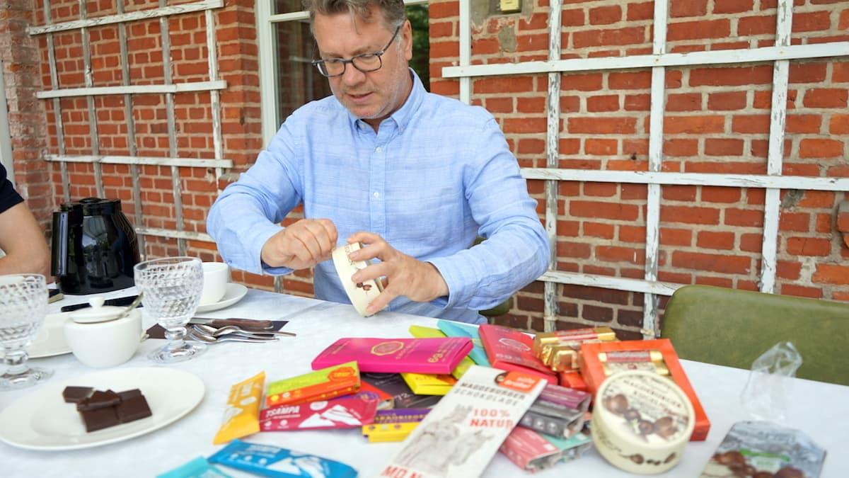 Olaf Stehwien öffnet die Schachtel mit Magdeburger Kugeln. Foto: Beate Ziehres