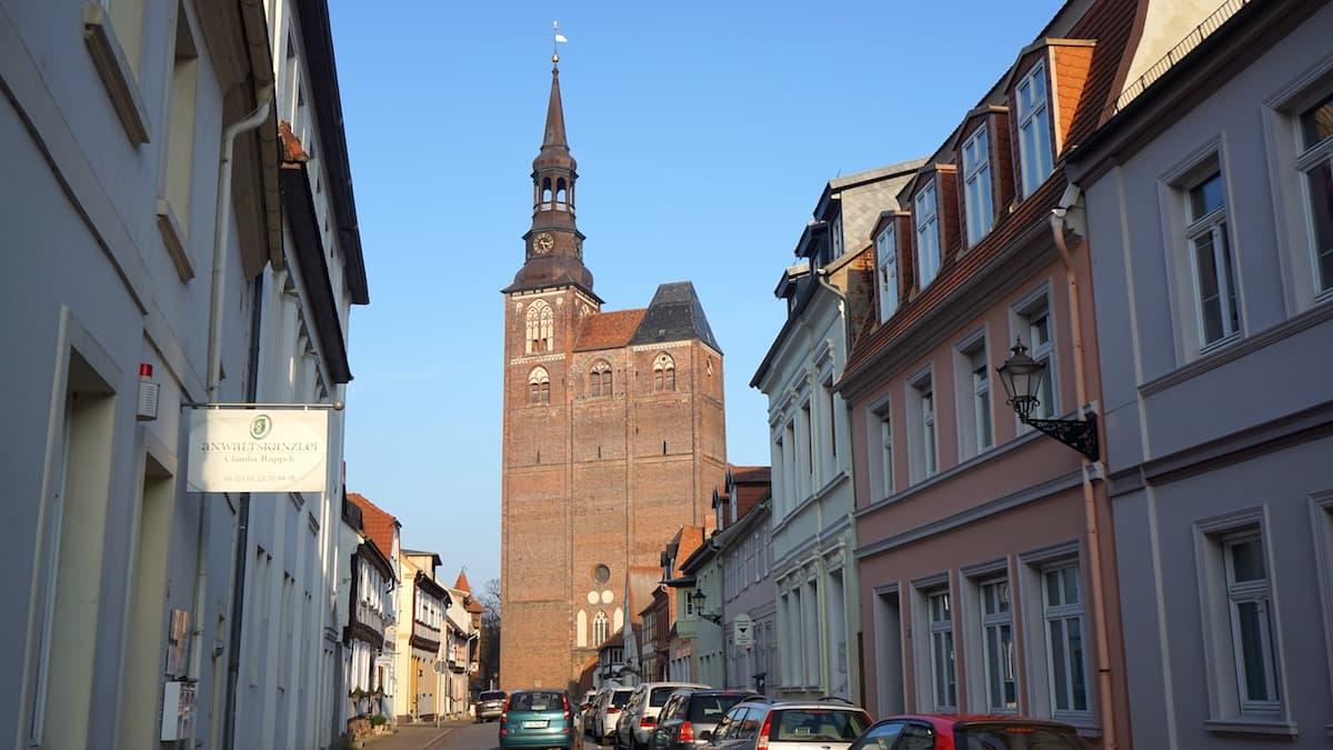 Der gewaltige Westturm der St. Stephanskirche in Tangermünde. Foto: Beate Ziehres