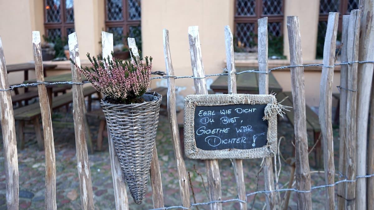 Tangermünde: Spruch an der Zecherei St. Nikolai . Foto: Beate Ziehres