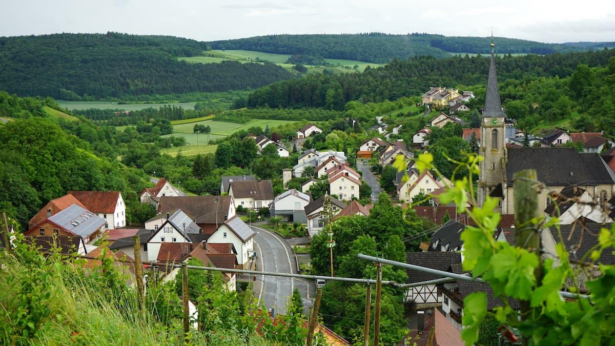 Taubertal: Blick vom Weinberg auf Beckstein im Taubertal. Foto: Beate Ziehres