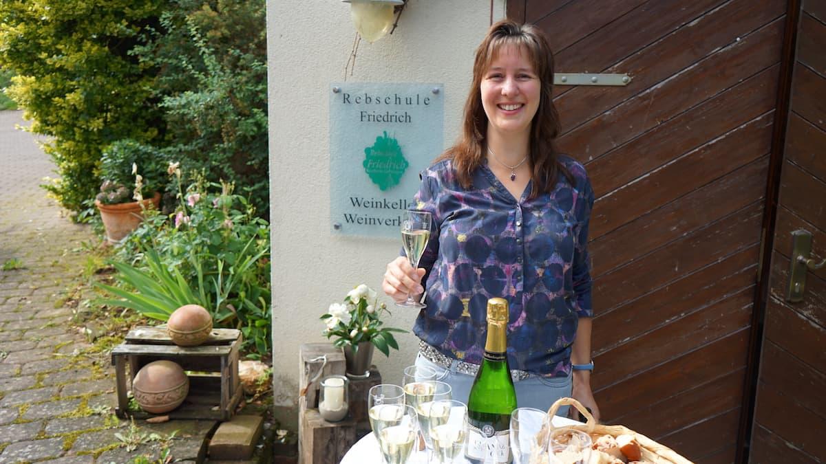 Taubertal, Dertingen: Silvia Friedrich lädt zu einem Gläschen Winzersekt aus dem eigenen Weinkeller ein. Foto: Beate Ziehres