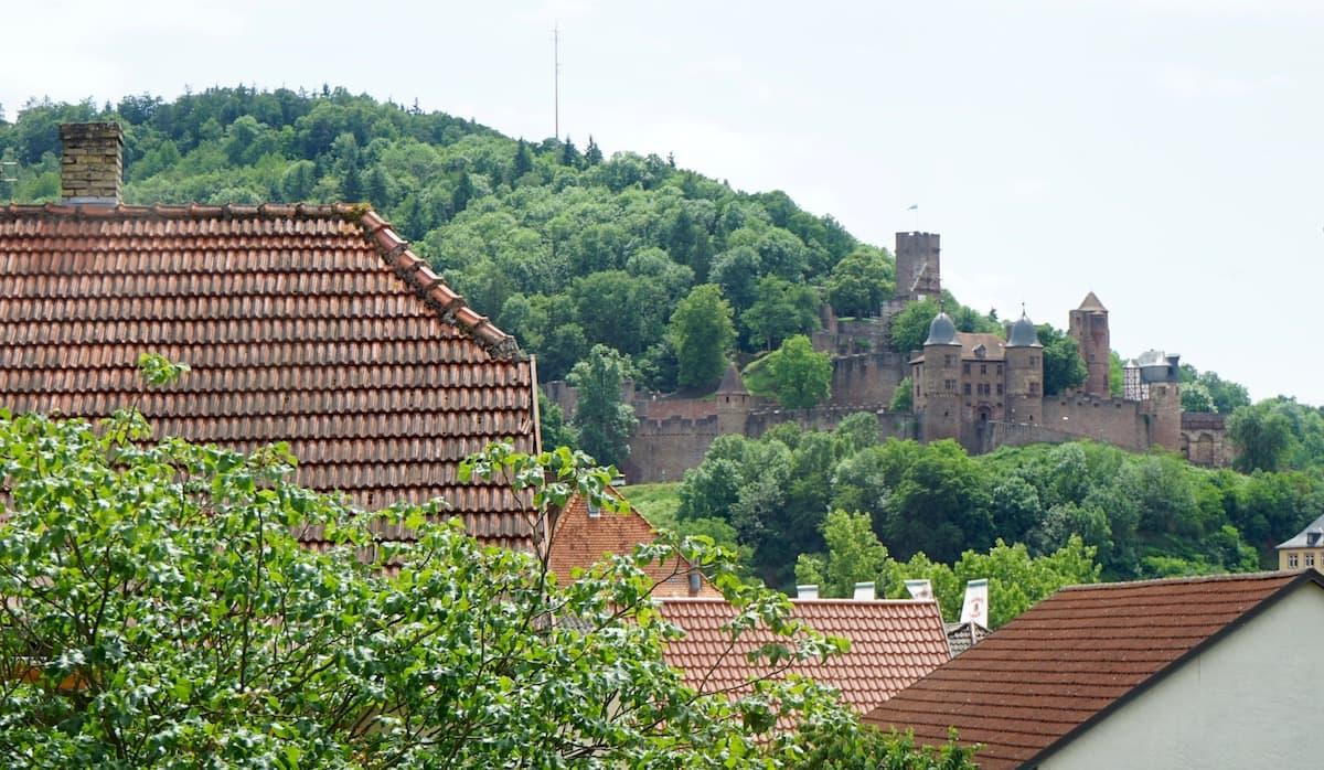Taubertal, Kreuzwertheim: Blick vom Weingut Alte Grafschaft zur Burg Wertheim – Beate Ziehres