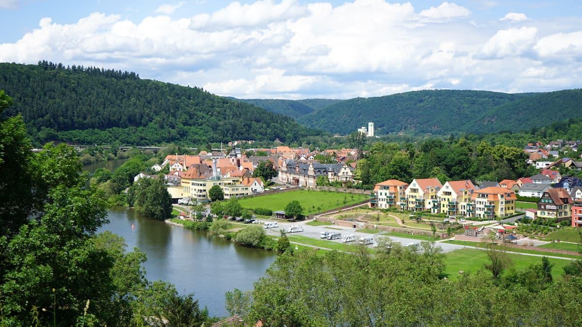 Taubertal: Blick von der Burg Wertheim über den Main nach Kreuzwertheim – Beate Ziehres