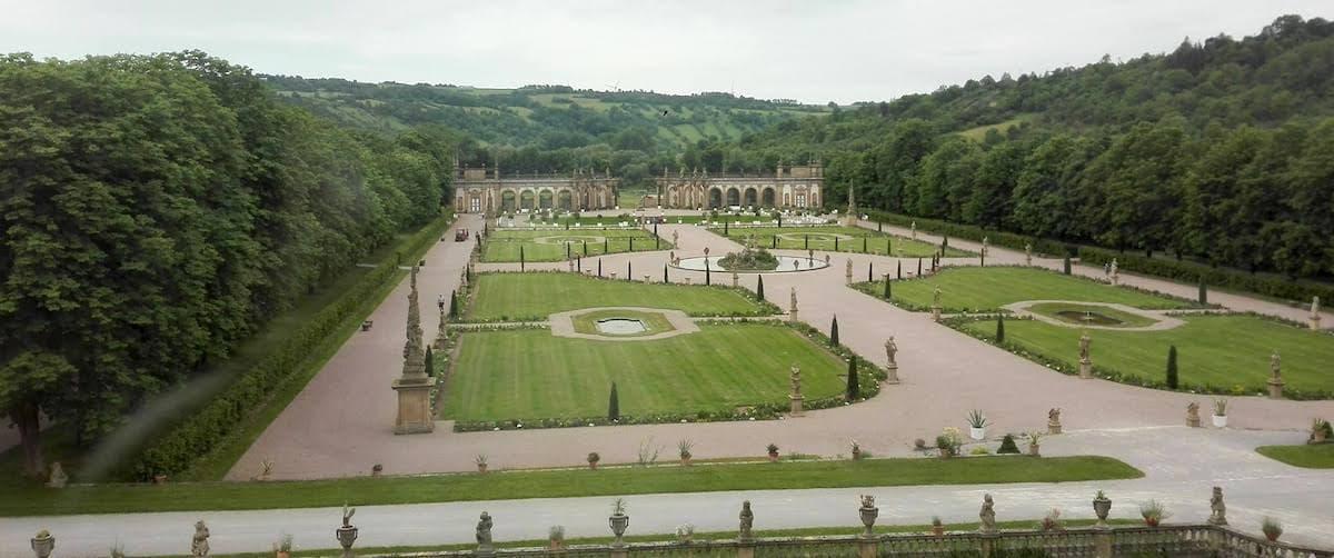 Taubertal: Blick aus einem Fenster des Schlosses Weikersheim in den Schlossgarten – Beate Ziehres