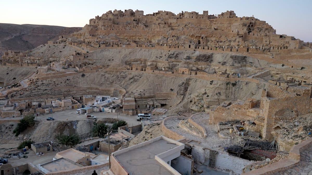 Tunesien Urlaub – Chenini im Dahar-Gebirge: Die Troglodyten-Wohnungen der Berber sind beinahe unsichtbar im Berg versteckt. Foto: Beate Ziehres